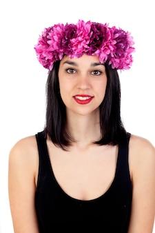 彼女の頭の中に紫色の花を持つ美しいブルネットの女の子