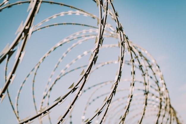 有刺鉄線の安全フェンス