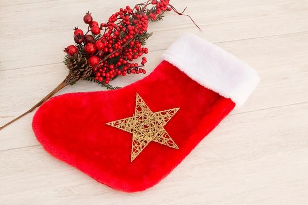 ギフトを飾るクリスマスブーツ