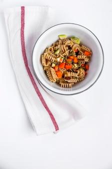 野菜と一体化した生のパスタ
