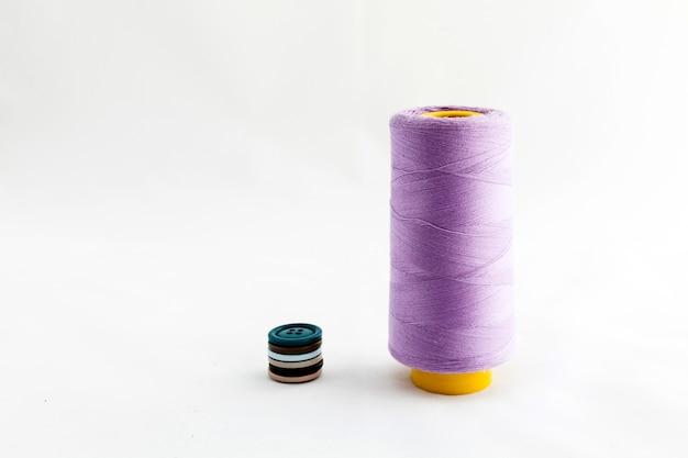 縫製道具、はさみ、糸、ボタンは、白い背景に