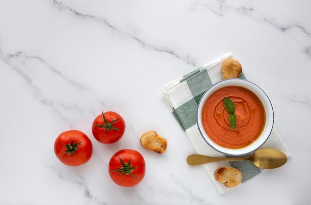 自家製の典型的なスペインのガスパチョ。トマトスープ