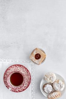 Свежеиспеченная традиционная выпечка с чаем