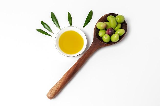 Свежее испанское оливковое масло с оливками