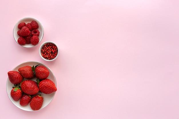上から赤い果物や野菜の品揃え