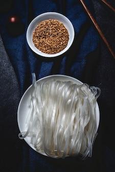 エンドウ豆、ピーマン、タマネギ、ズッキーニのビーガンヌードル
