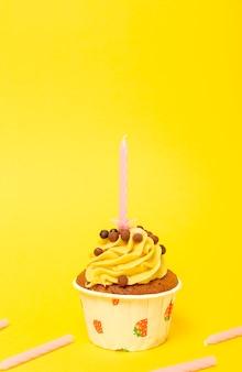 День рождения домашний кекс со свечой