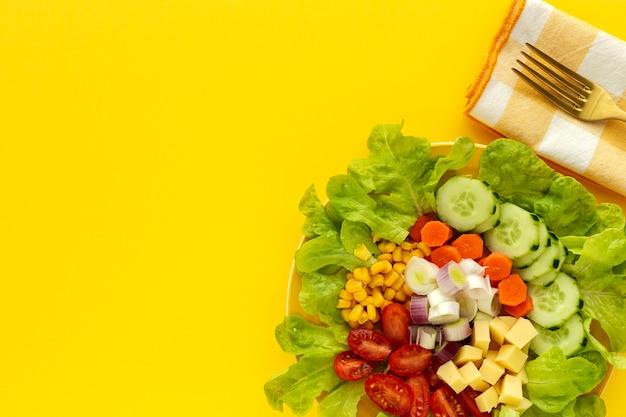Салат из салата с помидорами, сыром и овощами