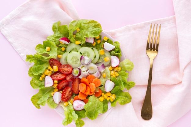 トマト、チーズ、野菜のレタスサラダ