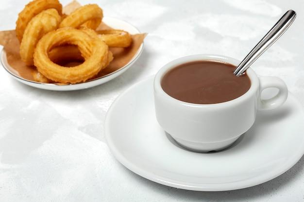 チュロスとチョコレートソースのカップ