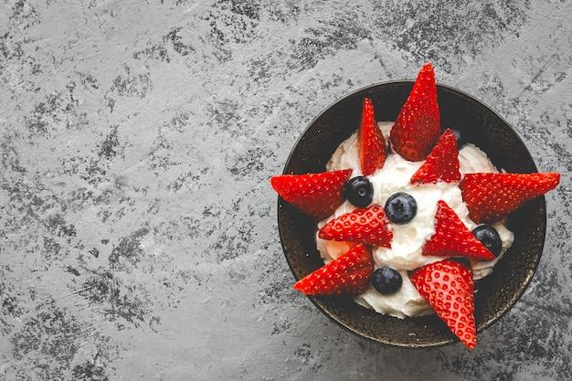 Здоровая клубника клубника со сливками и черникой