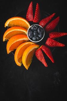 上から見た新鮮な果物の品揃え
