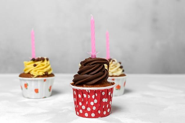 誕生日の自家製カップケーキとキャンドル