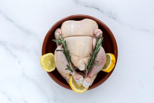 ハーブとスパイスを加えた鶏肉全体