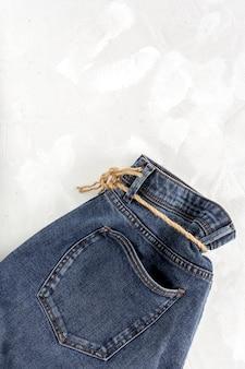 Синие джинсовые штаны