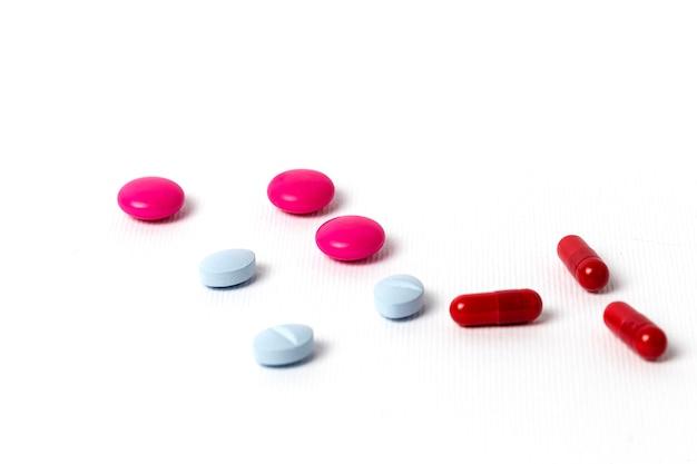ブリスター包装のカラフルな錠剤とカプセルの詰め合わせ