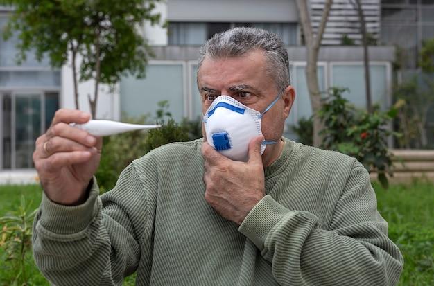 Взрослый мужчина с защитной маской для коронавируса