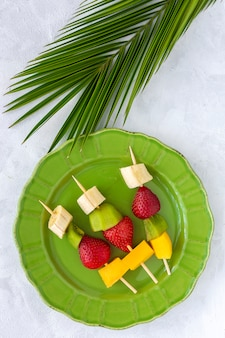 Здоровый фруктовый шашлык сверху