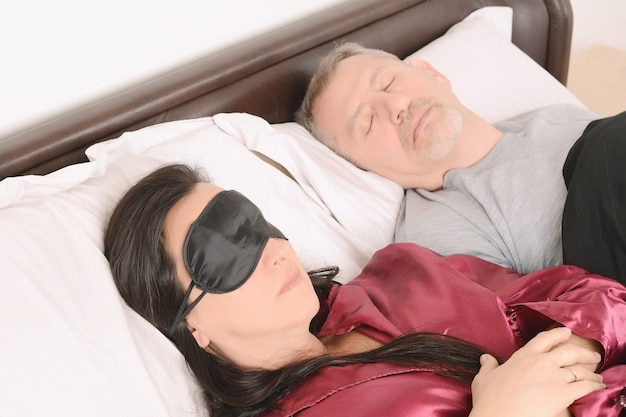 Пара среднего возраста в спать вместе