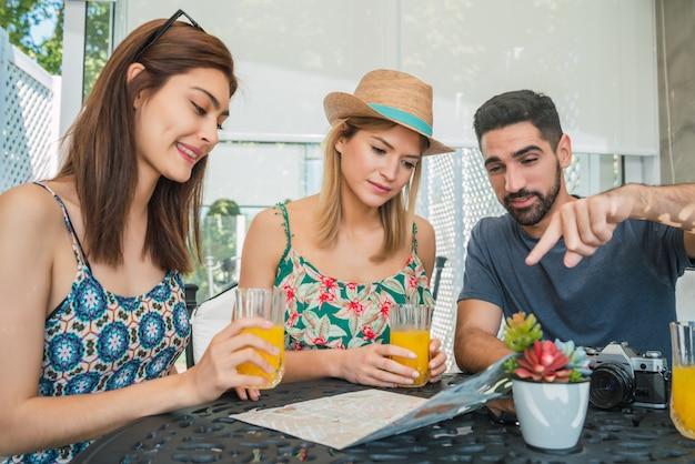 Группа друзей, глядя на меню