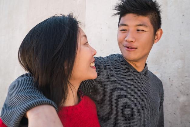 一緒に良い時間を過ごしているアジアのカップル。