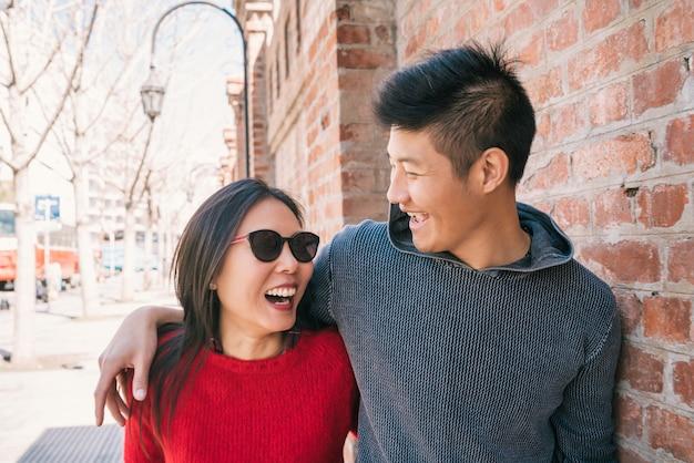 街を歩いてアジアカップル。