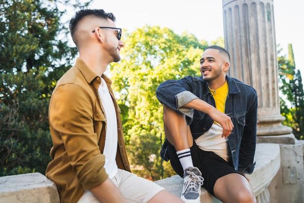 Гей пара проводить время вместе в парке.