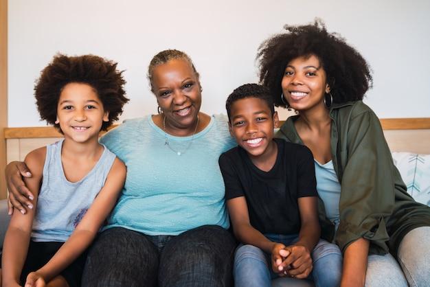 祖母、母と子供が家で一緒に。