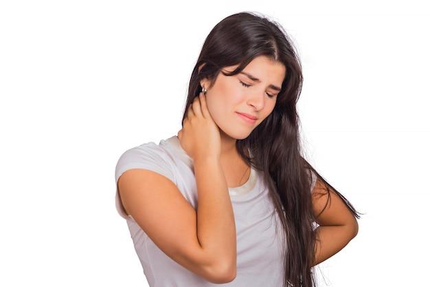 首の痛みを持つ若い女性。