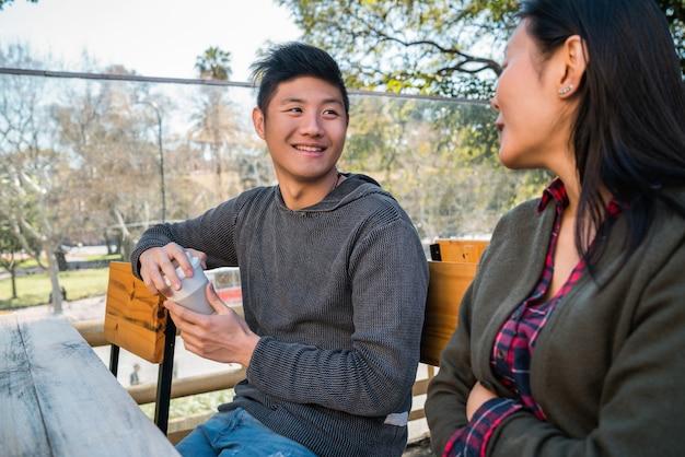 コーヒーショップでアジアカップル。