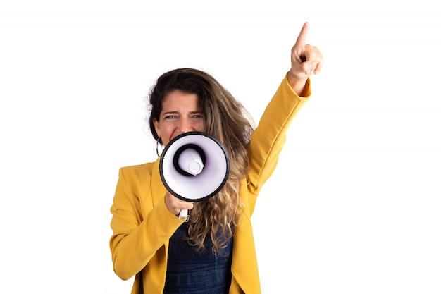 メガホンで叫んでいる女性。