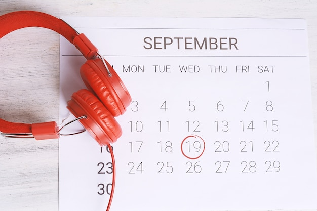 Календарь с наушниками.