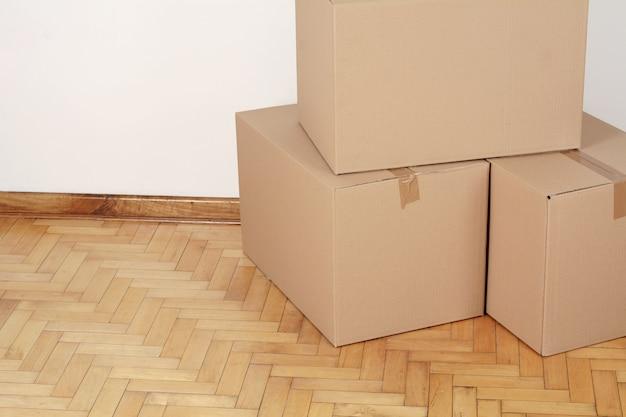 Стек картонных ящиков в пустой комнате