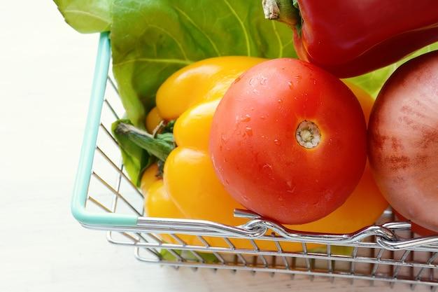 野菜入りの買い物カゴ