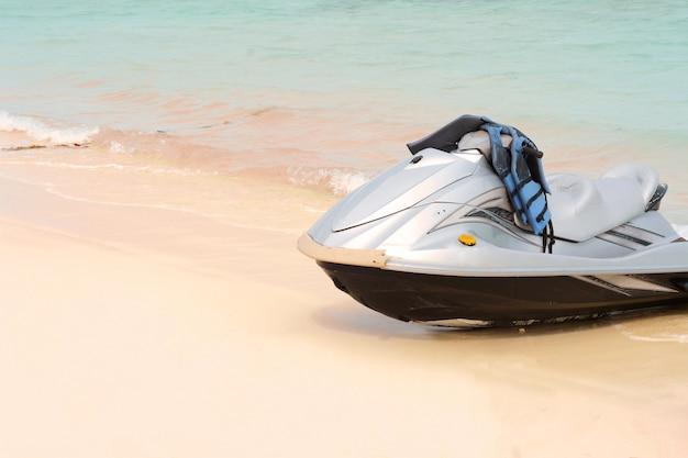ビーチのウォータースクーター