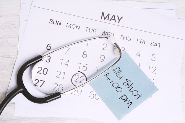 カレンダーと聴診器。