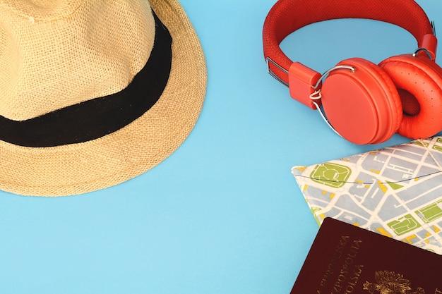ポリッシュパスポート、帽子、読書ヘッドフォン付き旅行マップ