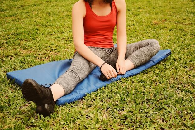 Крупным планом вид спорта женщина, растяжение ног