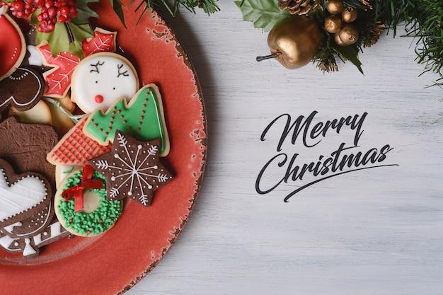 カラフルなクリスマスクッキーと赤プレート