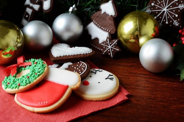 お祝いの装飾とカラフルなクリスマスクッキー