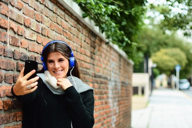 セルフを撮っている若い女性の肖像画。