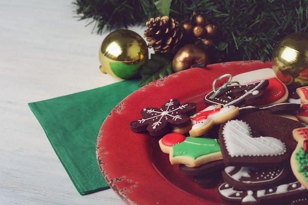 カラフルなクリスマスクッキーとプレートのクローズアップ