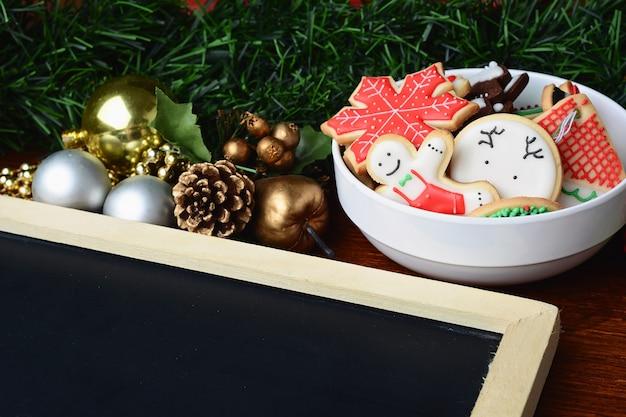 空の七面鳥とカラフルなクリスマスクッキー