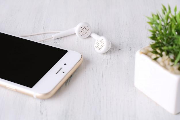 現代の携帯電話にイヤホンのクローズアップ