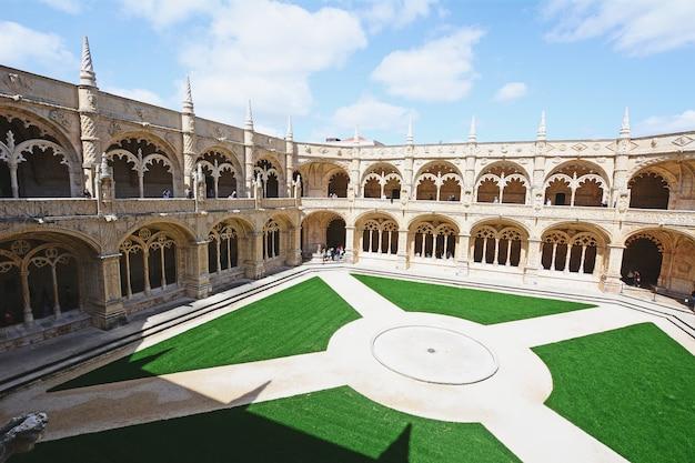 ポルトガル、リスボンのジェロニモス修道院の回廊。