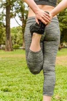 Крупным планом вид спорта женщина растяжение ноги