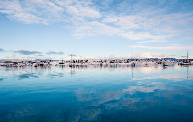 ウシュアイアと冬の山々の景色。