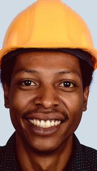 ハード帽子でアフロアメリカンアーキテクトの肖像画