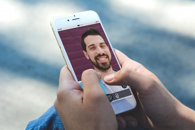 スマートフォンでビデオ通話をしてオンラインチャットの女性