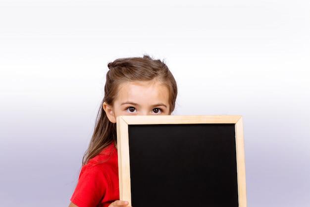 黒板を持つ少女。